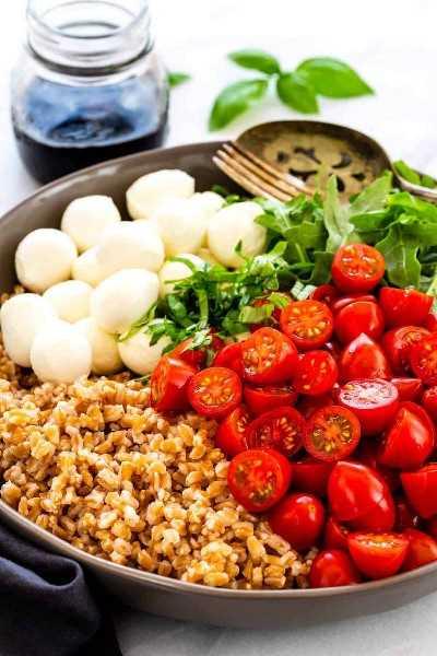 Ingredientes de la ensalada Farro Caprese en un bol