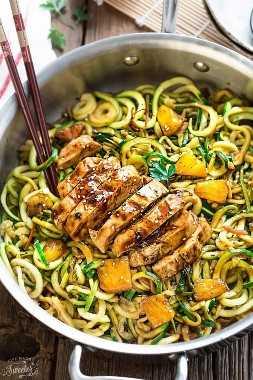 ¡One Pot Teriyaki Chicken Zoodles {Zucchini Noodles} es una comida fácil y perfecta para la semana de la semana baja en carbohidratos! Lo mejor de todo es mucho mejor que llevar - ¡solo 30 minutos para hacer con solo una sartén para limpiar!