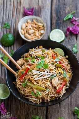 Chicken Pad Thai hace la comida fácil y perfecta de los fines de semana. ¡Lo mejor de todo es que esta receta sin gluten se cocina en una sola olla y está llena de los auténticos sabores tailandeses que todos amamos! Mucho mejor que cualquier restaurante de comida para llevar!
