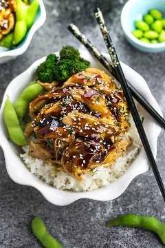 Pollo Teriyaki de cocción lenta cubierto con una salsa Teriyaki dulce y sabrosa casera que es incluso mejor que su restaurante japonés local para llevar. Lo mejor de todo es que está lleno de sabores auténticos y muy fácil de hacer con solo 10 minutos de tiempo de preparación. ¡Salta el menú para llevar! ¡Esto es mucho mejor y más saludable! La preparación semanal de comidas o las sobras son excelentes para los tazones de almuerzo para el trabajo o la escuela.