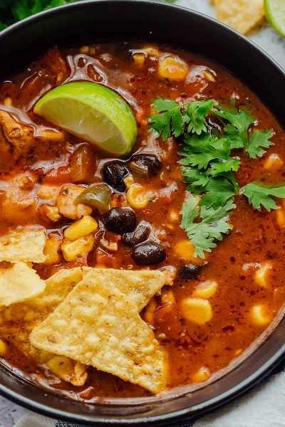 Primer plano de sopa de tortilla de pollo