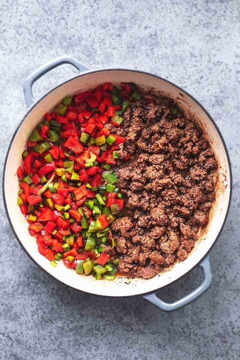 carne molida y pimientos cortados en cubitos en una sartén