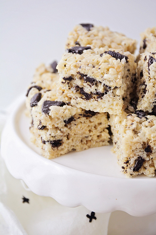 Aceste cookie-uri și această cremă Rice Krispie conțin doar cinci ingrediente și au un gust incredibil. Sunt atât de ușor să se pregătească și să se perfecționeze pentru gătit cu copii!