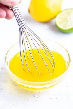 Misture um molho de salada de limão para uma salada de couve.