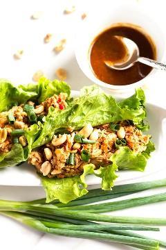 Os envoltórios de alface de frango ao estilo asiático de amendoim são uma receita saudável para o almoço ou jantar, sem glúten, sem glúten e sem carboidratos Paleo, que não requer cozimento.