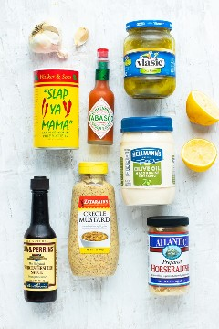 Los ingredientes para una salsa de cajún remoulade incluyen mayonesa, mostaza, jugo de limón, pimentón, condimento Cajun y rábano picante.