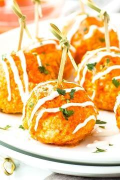 Os Buffalo Chicken Pots do Slow Cooker são uma receita de lanche super simples, fácil e com pouco carboidrato para dias de jogos, festas ou festas do Super Bowl.