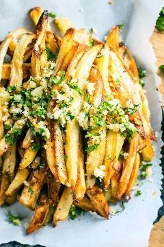 Batatas fritas com alho parmesão extra crocante são assadas no forno, em vez de fritas, para uma receita mais saudável de batatas fritas! Comece com parmesão, alho e salsa para obter a melhor receita de prato vegetariano e sem glúten.