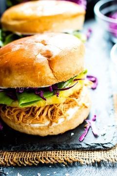 Faça um lote desses sanduíches de frango havaiano de cozimento lento para sua próxima refeição ou reunião! Esses sanduíches de frango ralado com abacaxi são uma receita de almoço ou jantar super fácil, saudável e sem glúten que toda a família vai adorar!