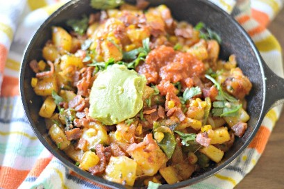 "Tex Mex Bacon y papas Hash en la sartén ""width ="" 1024 ""height ="" 681 ""srcset ="" https://www.mylatinatable.com/wp-content/uploads/2018/12/Tex-Mex-Bacon-and- Potato-Hash-2-1024x681.jpg 1024w, https://www.mylatinatable.com/wp-content/uploads/2018/12/Tex-Mex-Bacon-and-Potato-Hash-2-300x199.jpg 300w, https://www.mylatinatable.com/wp-content/uploads/2018/12/Tex-Mex-Bacon-and-Potato-Hash-2-768x511.jpg 768w, https://www.mylatinatable.com/wp -content / uploads / 2018/12 / Tex-Mex-Bacon-and-Potato-Hash-2-750x500.jpg 750w, https://www.mylatinatable.com/wp-content/uploads/2018/12/Tex- Mex-Bacon-and-Potato-Hash-2.jpg 754w ""data-lazy-tamaños ="" (ancho máximo: 1024px) 100vw, 1024px"