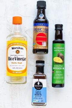 Vinagre de vinho de arroz, óleo de abacate, óleo de gergelim e molho de soja sem glúten como ingredientes para um molho de arroz frito.