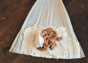 Procesamiento de tamales dulces de nuez y dulce de leche.