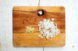 Cebola picada e alho na tábua de madeira