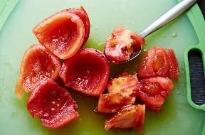 Eliminando Semillas De Tomates Con Cuchara