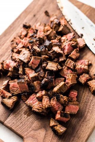 Esta receta de Carne Asada Fries incluye papas fritas crujientes con queso rallado, carne asada tierna, guacamole, crema agria y otras deliciosas coberturas mexicanas.