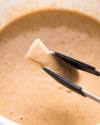 ¡Los mejores tacos de pescado de Baja que jamás hayas comido! ¡Están llenos de pescado crujiente rebozado con cerveza, mayonesa de chipotle ahumada y una cremosa ensalada de repollo!
