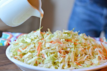 Agregando el aderezo a la ensalada de col