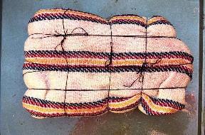 Gorra de solomillo envuelta y atada en toallas de cocina