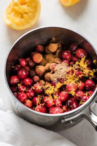 ¡Esta receta de salsa de arándanos hecha con arándanos frescos, ralladura de naranja, jugo de naranja y miel es perfecta para tu próximo festín de Acción de Gracias y Navidad!