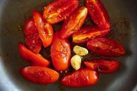 Tomates Cocidos Y Ajo Para La Salsa