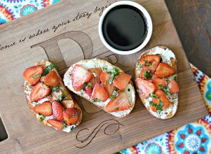 Bruschetta de albahaca con fresa y balsámico glaseado