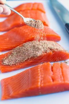 Mezcla de condimento casera que se espolvorea sobre el salmón para hacer una receta de salmón ennegrecido.