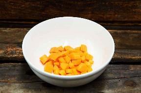 Zanahoria picada en un tazón de cerámica