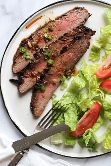 ¡La marinada en este asado a la parrilla estilo asiático asado con filete de soya toma un pedazo de filete poco interesante y lo convierte en un delicioso plato!