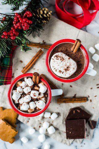 Este chocolate quente mexicano feito com cacau em pó 100% livre de açúcar, canela e uma pitada de pimenta vai aquecê-lo de dentro para fora!