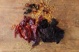 Remover semillas de tallos y venas de chiles secos