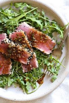 Sesame Crusted Tuna Steak en Arugula rociada con una vinagreta de soja y jengibre balsámico - ¡mmm!