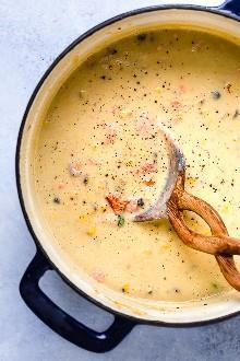 ¡Esta cremosa sopa de salmón ahumado es un alimento verdaderamente reconfortante en un tazón! Hecho con salmón ahumado en caliente (lleno de grasas saludables para el corazón) y una tonelada de verduras repletas de nutrientes (cebolla, apio, zanahorias, papas, maíz y coliflor), es una sopa que le gustará a toda la familia. La estufa y las instrucciones de olla instantánea proporcionadas.