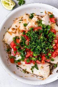 Estos fáciles tacos de pescado con limón y cilantro están hechos con pescado blanco escamoso, tomates, jalapeños, cilantro y limón con aguacate.