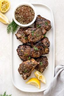 Chuletas de lomo de cordero a la parrilla sazonadas con Za'atar, una mezcla mediterránea de zumaque, tomillo, sésamo y sal.