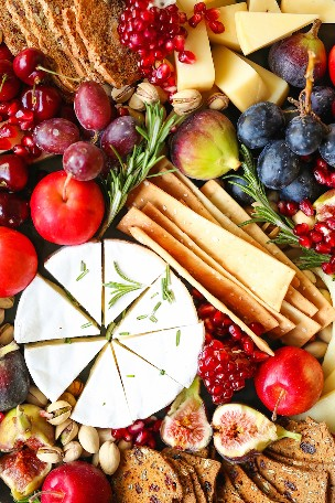 Holiday Cheese Board - A mesa de petiscos mais épica de todos os tempos! Com uma variedade de queijos, figos, nozes e romã, esta é a receita obrigatória para as férias!