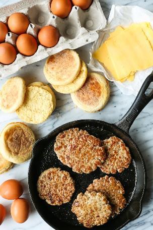 Sanduíches de café da manhã com salsichas, ovos e queijo no freezer - Os melhores sanduíches de café da manhã que podem ser usados no freezer para aquelas manhãs movimentadas! Nunca pule o café da manhã novamente!
