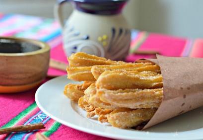 Churros mexicanos con salsa de piloncillo.
