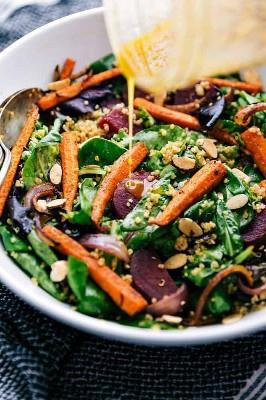 ¡Esta ensalada asada de remolacha, quinua y zanahoria está llena de ingredientes saludables y buenos para ti! Es súper sabrosa y tiene el mejor aderezo de limón!