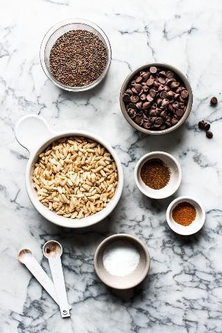 Chocolate, crocantes e fáceis de fazer, essas barras de chocolate crocantes não assadas são feitas com cereal de arroz tufado, lascas de chocolate e ingredientes de pepita para você saborear deliciosamente!
