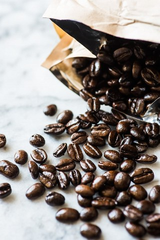 Granos de café enteros para hacer café frío.