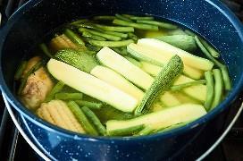 Pollo y Verduras Cocinando En Olla De Esmalte