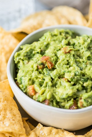 ¡Esta receta simple y fácil de guacamole es LA MEJOR! Listo en solo 10 minutos, ¡sirva con papas fritas, en una ensalada, en tacos y en tostadas! Es sin gluten, sin lácteos, vegetariano, paleo y vegano.