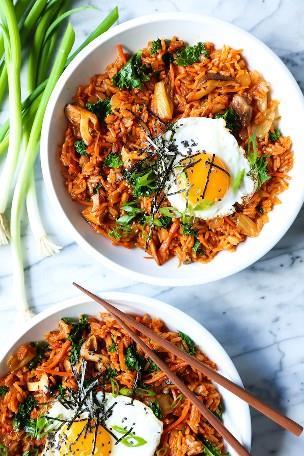 Kimchi Fried Rice - ¡Arroz frito casero hecho en solo 30 minutos! ¡Cargado con kimchi, champiñones, zanahorias, col rizada y un huevo frito! ¡Seguro que será un favorito de la semana!