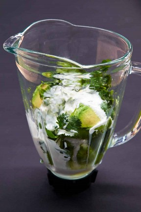 Mezcla de ingredientes para la salsa de guacamole