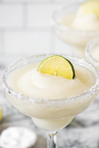 Esta receita de margarita congelada é fria, enlameada, gelada e deliciosa! Perfeito para se refrescar e relaxar nos dias quentes de sol.