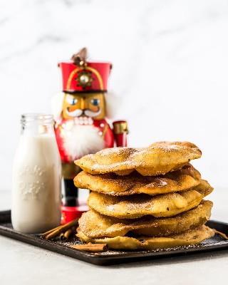 A menudo servida durante las vacaciones de Navidad y Año Nuevo, ¡esta receta de Bunuelos Mexicanos hace la masa frita perfecta cubierta de azúcar canela!