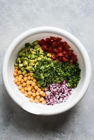 Esta receta de ensalada de garbanzos es fresca, fácil de hacer y llena de ingredientes saludables. Listo en solo 15 minutos! (sin gluten, vegetariana, vegana)