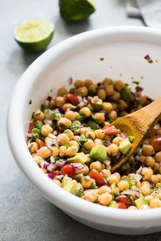 Esta receta de ensalada de aguacate de garbanzos es fresca, fácil de hacer y llena de ingredientes saludables. Listo en solo 15 minutos! (sin gluten, vegetariana, vegana)