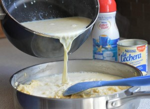 Arroz con leche con leche condensada azucarada y crema de café líquido.