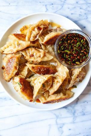 Cerdo y Kimchi Potstickers - ¡Fácil potstickers peasy! ¡Perfectamente crujiente + un favorito de la multitud con un increíble relleno de kimchi de cerdo! BONIFICACIÓN: es fácil de congelar.